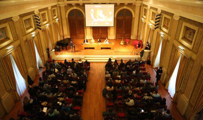 Fotografia dall'alto dell'evento del reading al buio