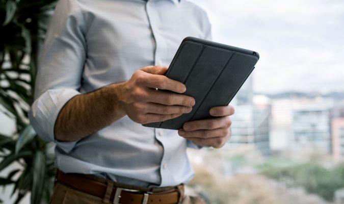 Fotografia di un uomo che utilizza un tablet
