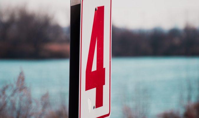 Fotografia di un cartello stradale con scritta 4