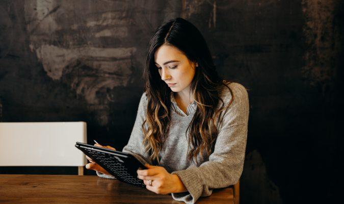 Fotografia di una donna che sta utilizzando un tablet.
