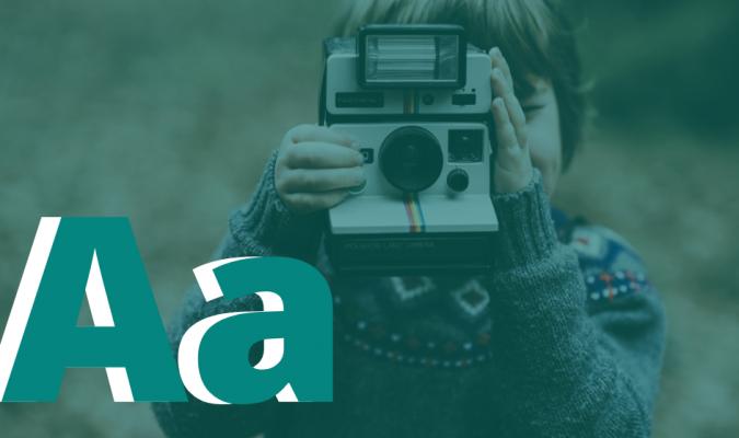 Fotografia di bambino con polaroid in mano