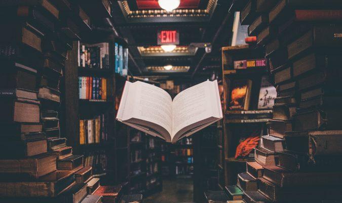 Fotografia di uno scaffale di libri da cui è ricavato uno scorcio rotondo