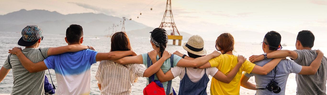 Fotografia di persone di spalle che si abbracciano