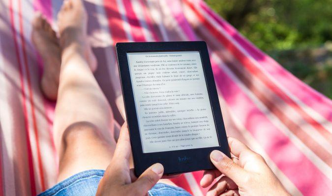 Fotografia di una persona che legge da ereader