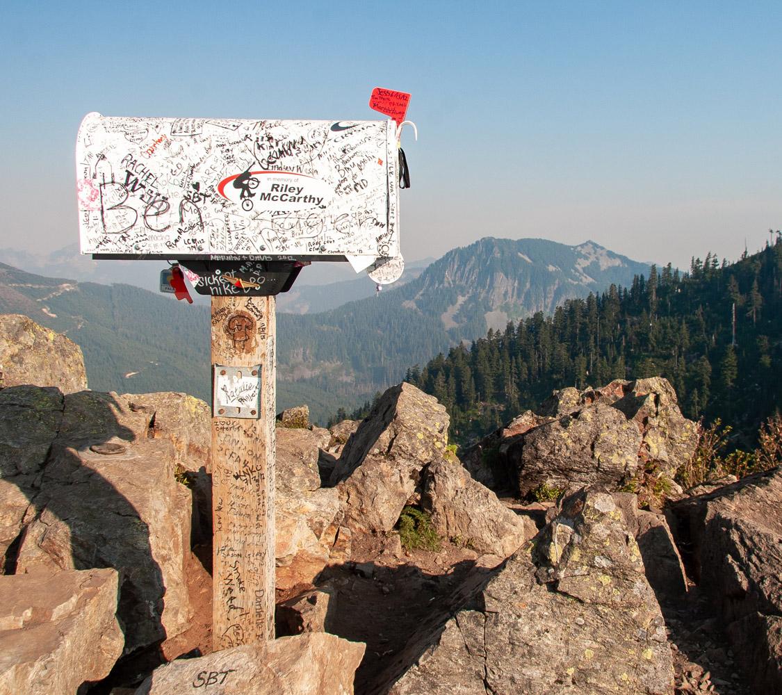 Fotografia di una buca delle lettera in un paesaggio di montagna