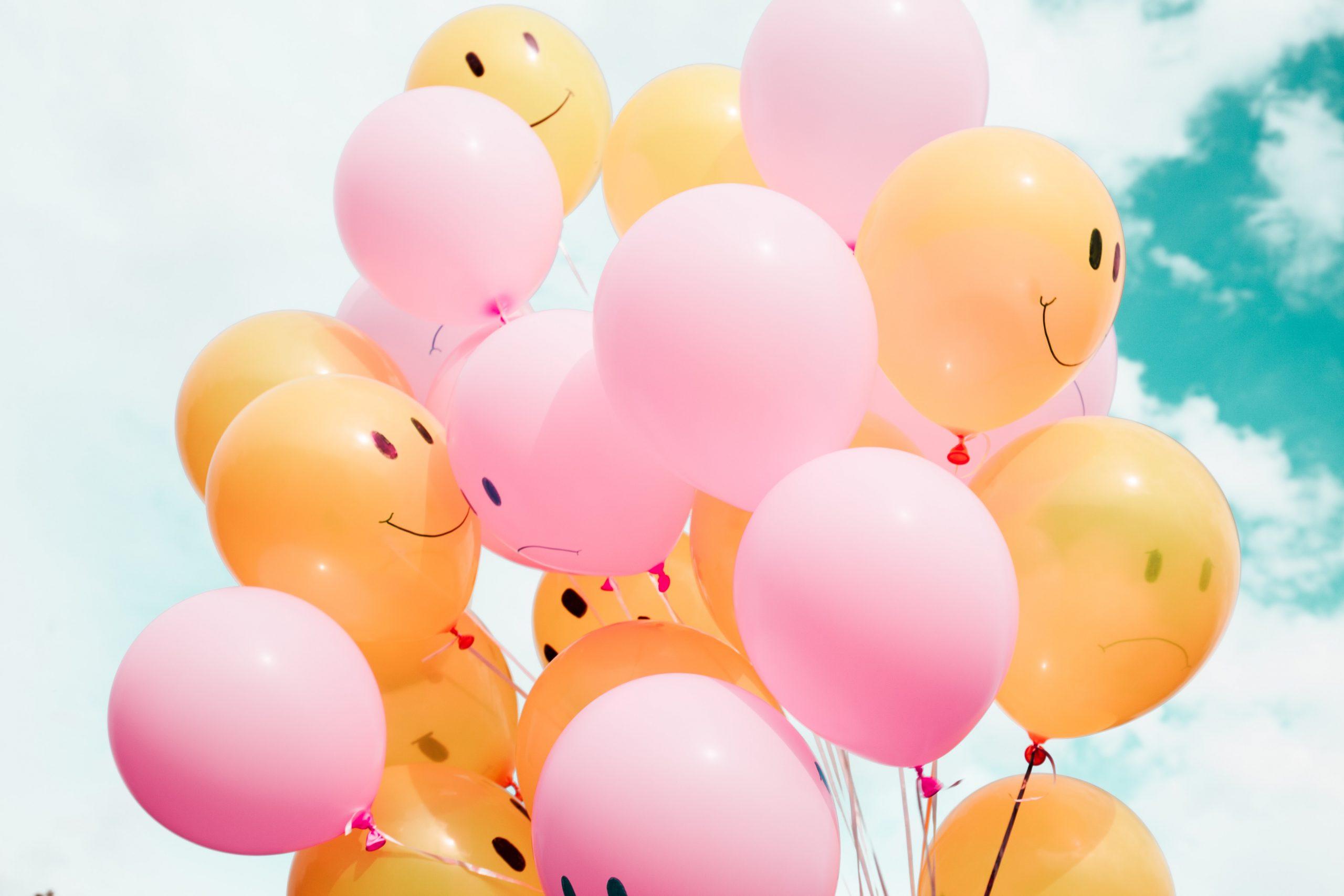 Fotografia di palloncini colorati con smile disegnati
