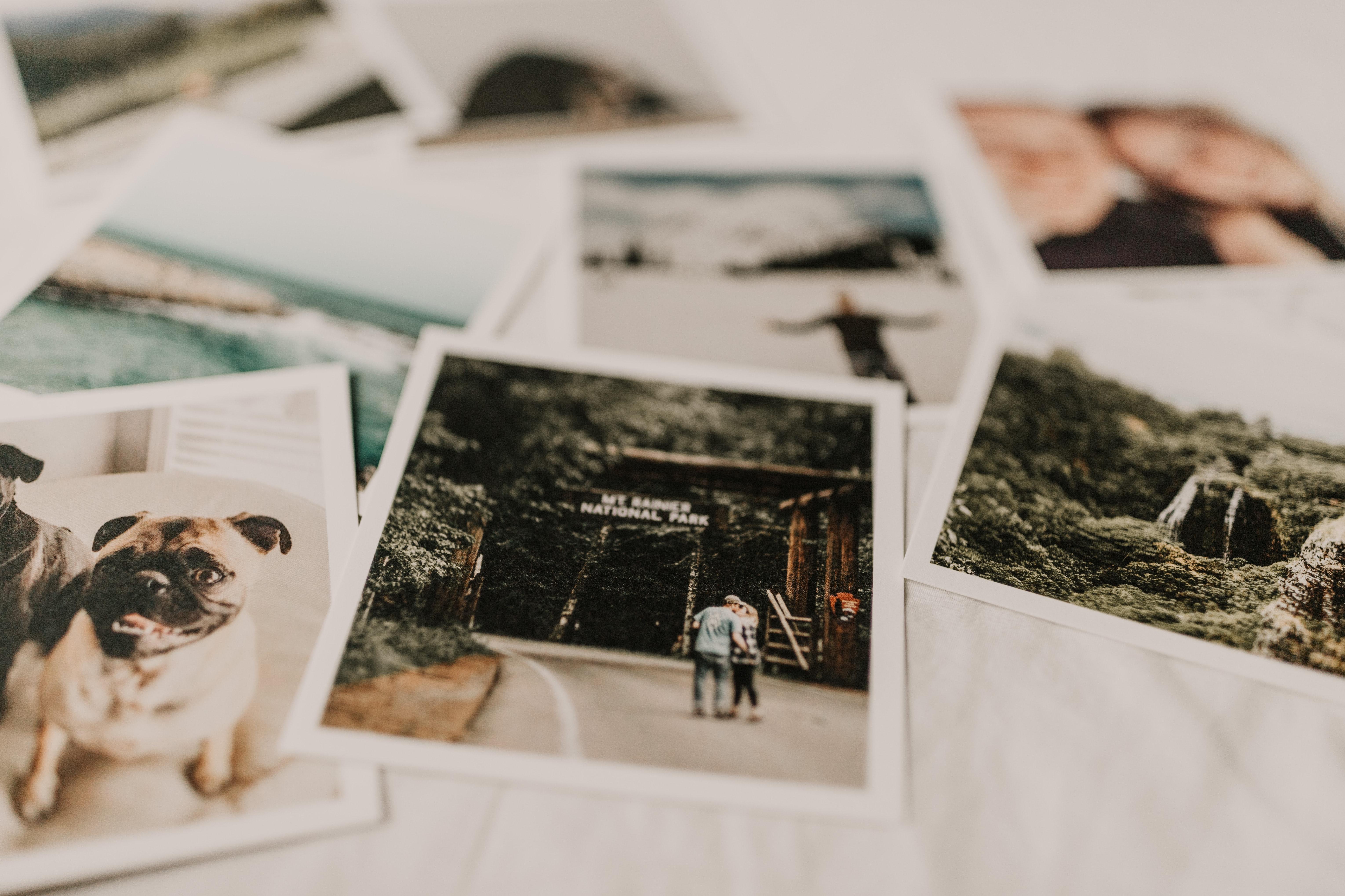 Fotografia di diverse polaroid su un tavolo