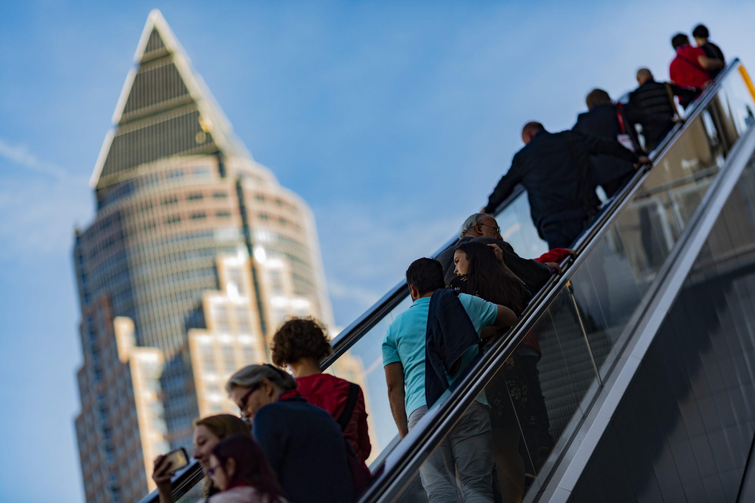 Foto di persone su scala mobile durante la Buchmesse