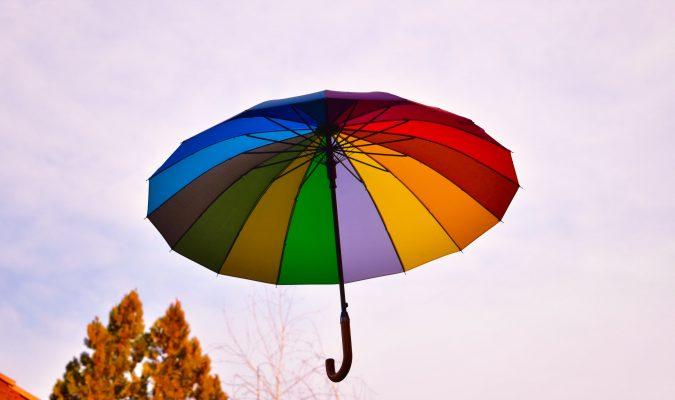 Fotografia di un ombrello colorato