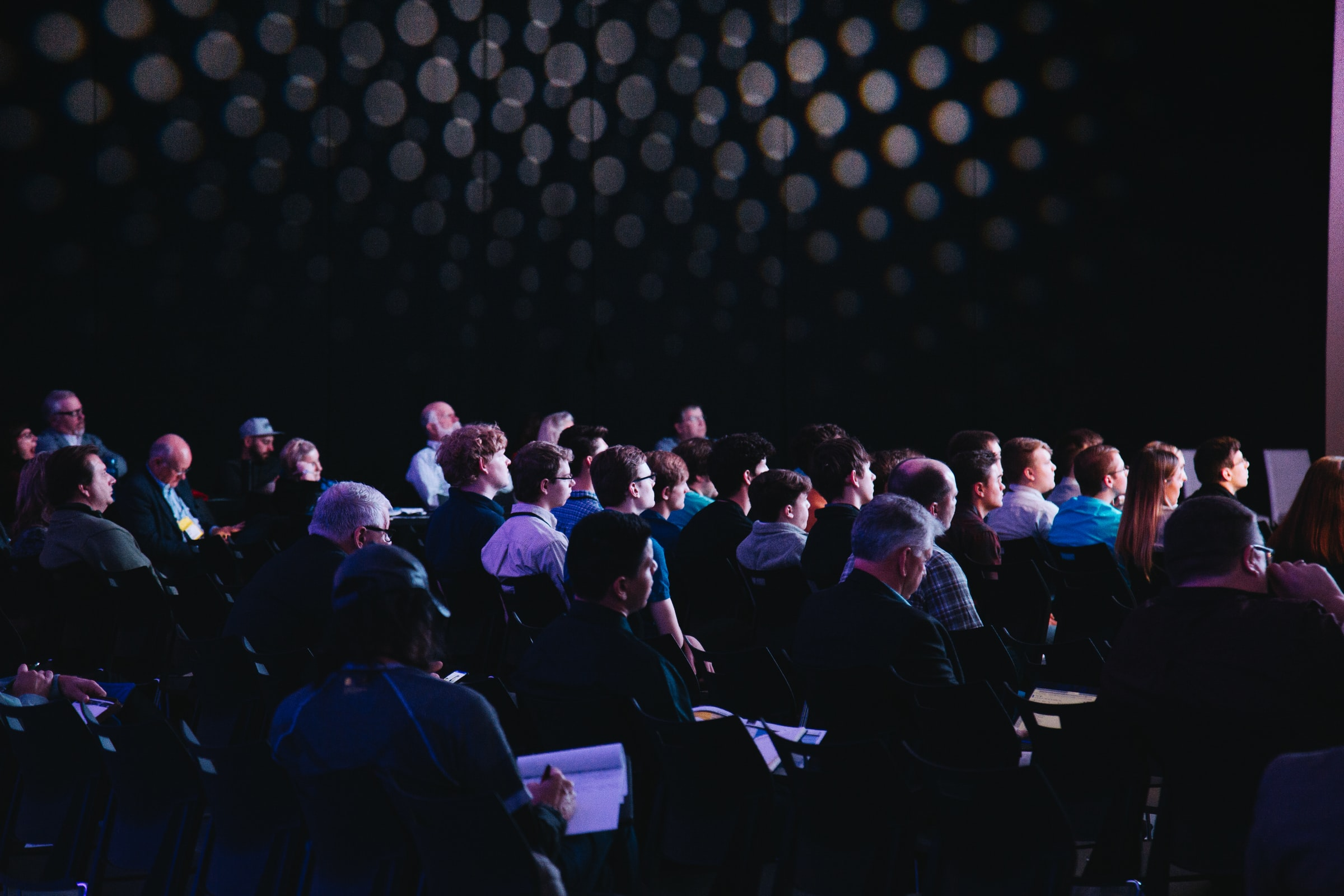 Fotografia di una stanza piena di persone sedute