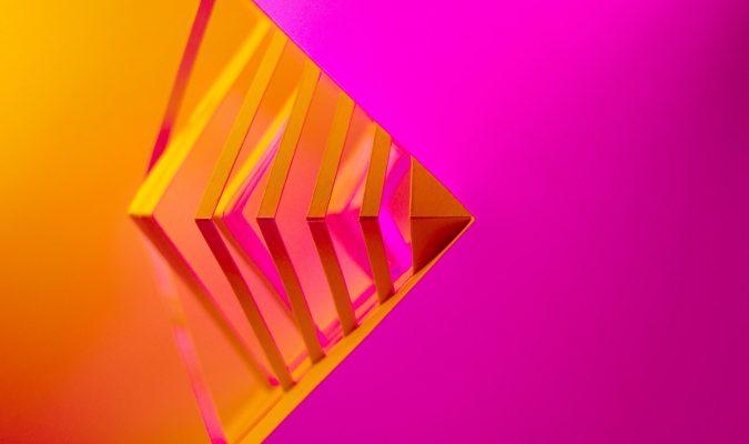 Fotografia di foglio arancione su sfondo fuxia