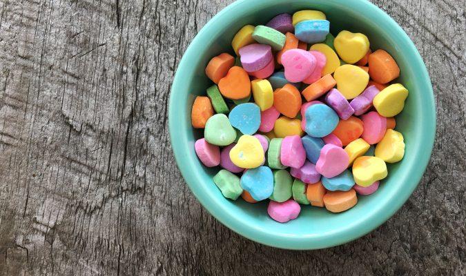 Fotografia di una tazza piena di caramelle colorate
