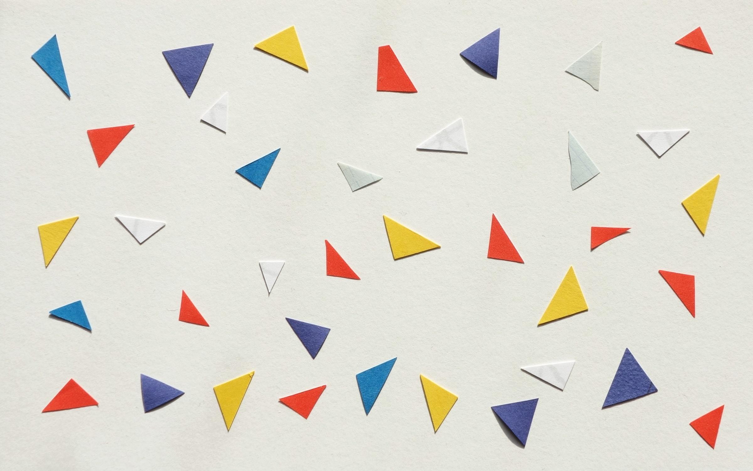 Triangolini di carta colorati