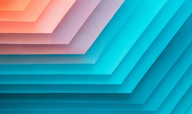 Fotografia di una pila di fogli colorati