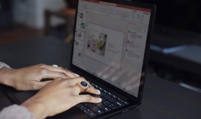 Fotografia di una donna che utilizza un laptop