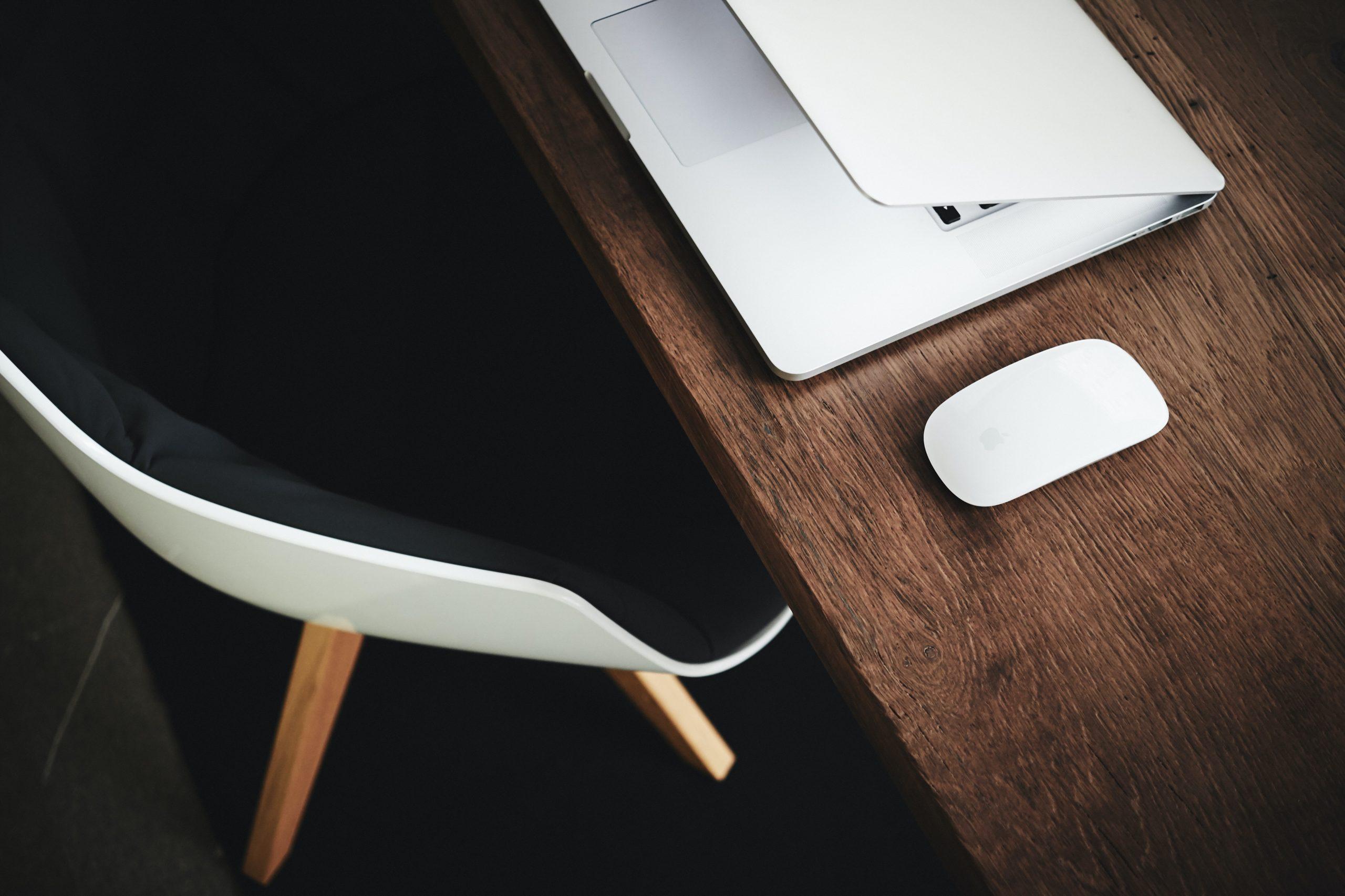 Fotografia di una scrivania con un laptop