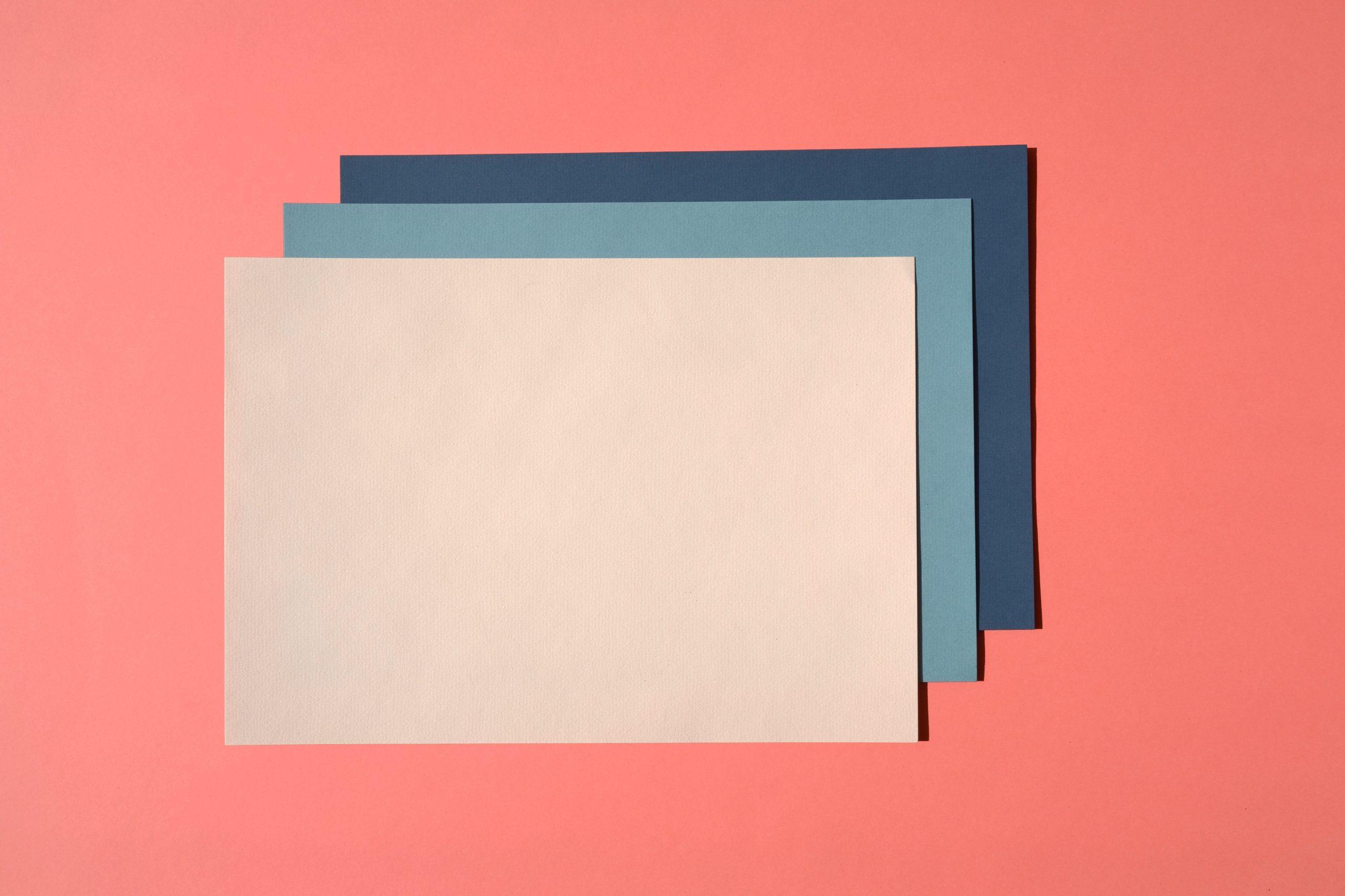 Fotografia di fogli colorati sovrapposti