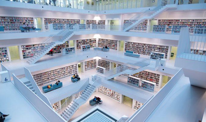 Fotografia dell'interno della biblioteca civica di Stoccarda