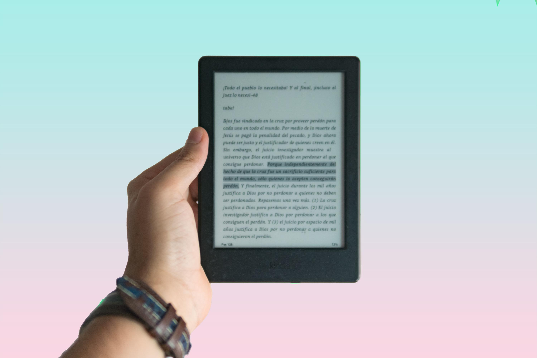 Fotografia di una mano che regge un e-reader